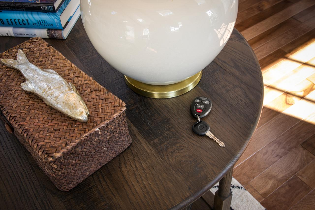 dh2015_great-room_end-table-closeup_h.jpg.rend.hgtvcom.1280.853