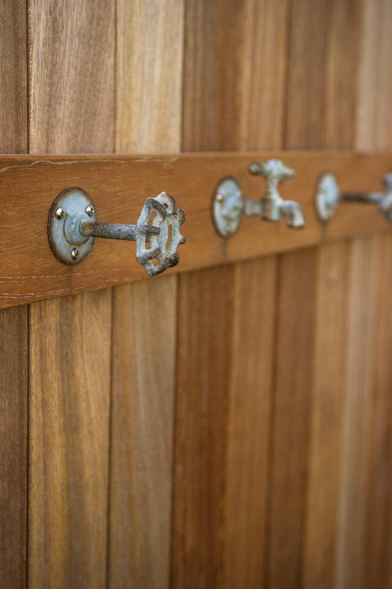 dh2015_outdoor-shower_weathered-faucets_v.jpg.rend.hgtvcom.1280.1920